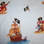 Original  Käpt`n Sharky Pirat Totenkopf Baumwollstoff in hellblau.