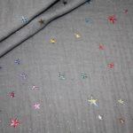Musseline Baumwollstoff  grau mit kleinen bunten Sternen Sterne
